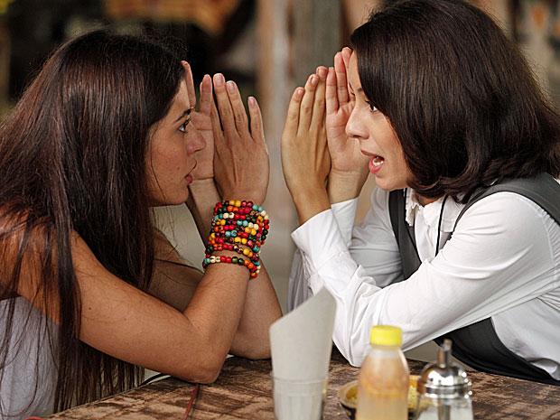 Jacira fica surpresa com a possível gravidez de Valéria (Foto: Amor Eterno Amor/TV Globo)