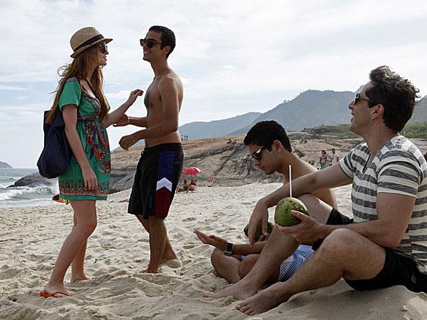 Juliana ignora Bruno ao encontrá-lo na praia (Foto: Amor Eterno Amor/TV Globo)