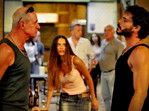 Leleco se mete na confusão e parte para cima do rapaz (Foto: Avenida Brasil/ TV Globo)