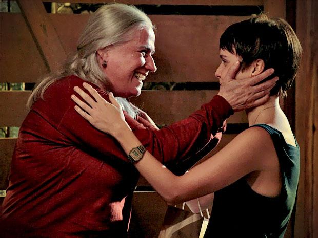 Lucinda fica surpresa com a chegada de Nina e as duas matam as saudades (Foto: Avenida Brasil/ TV Globo)