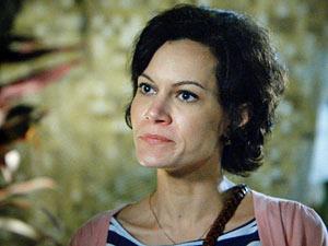 Marlene não gosta de ver a filha junto com Julinho (Foto: Amor Eterno Amor/TV Globo)