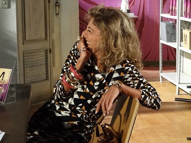 Maruschka se diverte no seu primeiro dia de trabalho (Foto: Aquele Beijo/TV Globo)