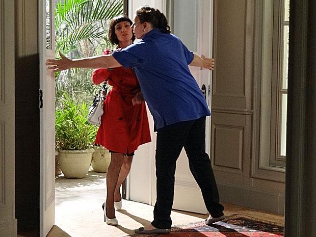 Teresa tenta impedir que Melissa entre na mansão (Foto: Amor Eterno Amor/TV Globo)