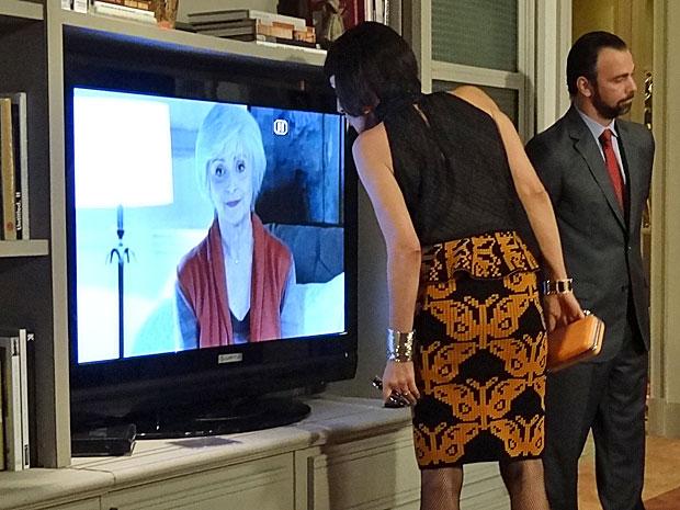 Melissa se revolta com o vídeo gravado por Verbena (Foto: Amor Eterno Amor/TV Globo)
