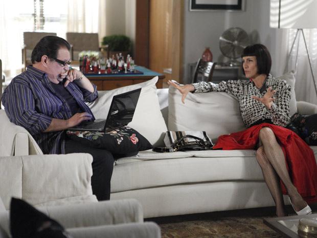 Melissa está indignada por ter sido expulsa da casa de Verbena (Foto: Amor Eterno Amor / TV Globo)