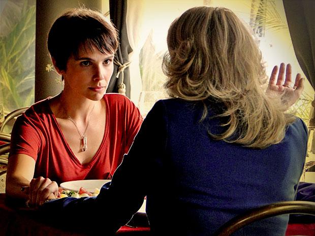 Nina começa a colocar seu plano de vingança em prática e pede ajuda a Ivana para trabalhar na casa de Carminha (Foto: Avenida Brasil/ TV Globo)