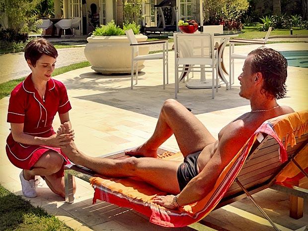 Nina faz massagem em Max (Foto: Avenida Brasil/ TV Globo)