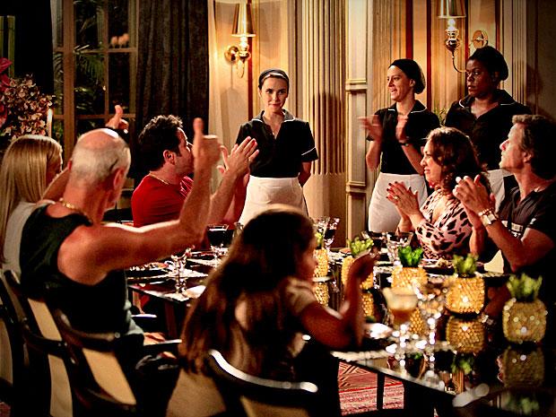 Nina recebe uma salva de palmas após primeiro jantar na casa de Carminha (Foto: Avenida Brasil/ TV Globo)