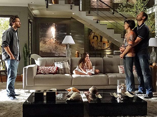 Fernando não gosta da proximidade entre Rodrigo e Miriam (Foto: Amor Eterno Amor/TV Globo)