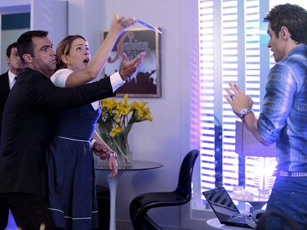 Rosário não consegue entregar seu CD a Fabian (Foto: Cheias de Charme / TV Globo)