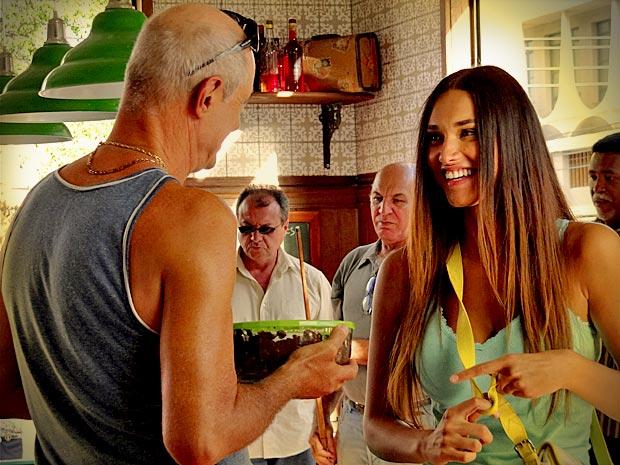 Encantada por Leleco, Tessália leva doce em agradecimento por ter sido salva de ex-namorado (Foto: Avenida Brasil/ TV Globo)
