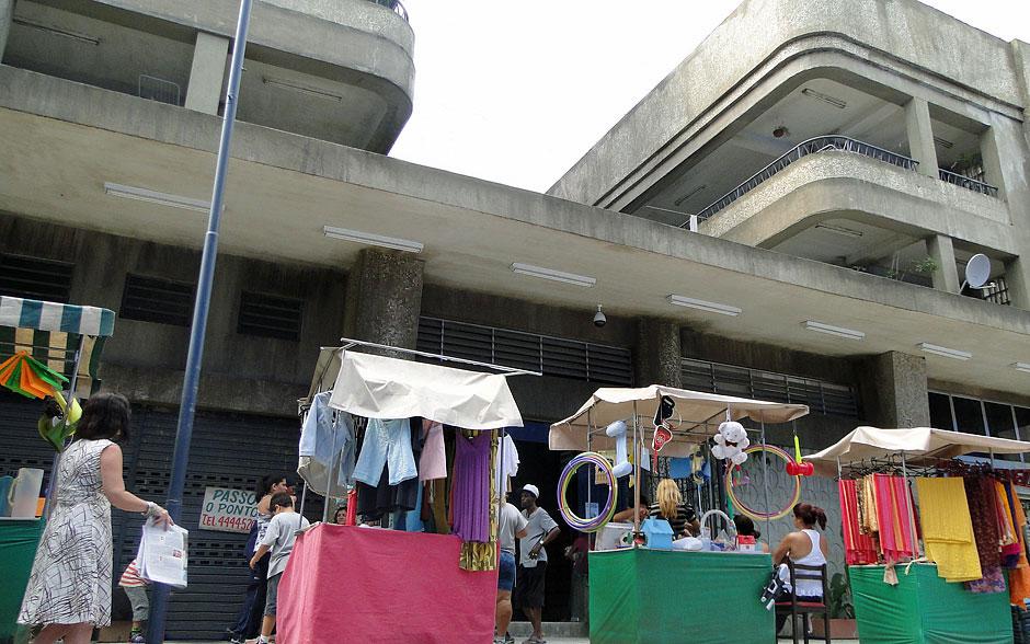 Entrada do Edifício São Jorge é cheia de camelôs