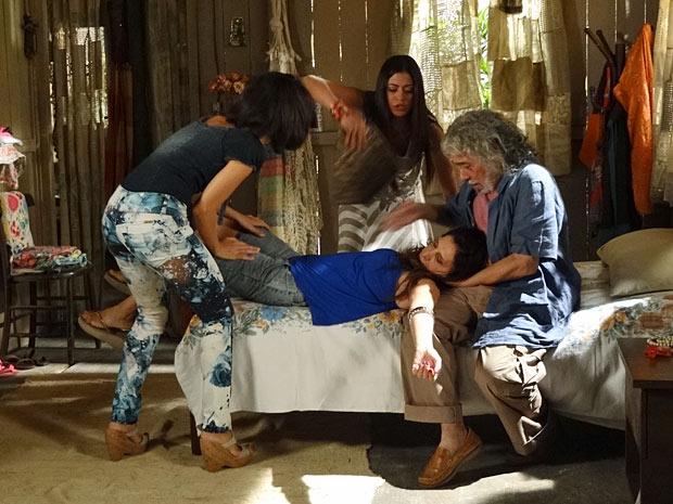 Carmem leva um grande susto e acaba perdendo os sentidos (Foto: Amor Eterno Amor/TV Globo)