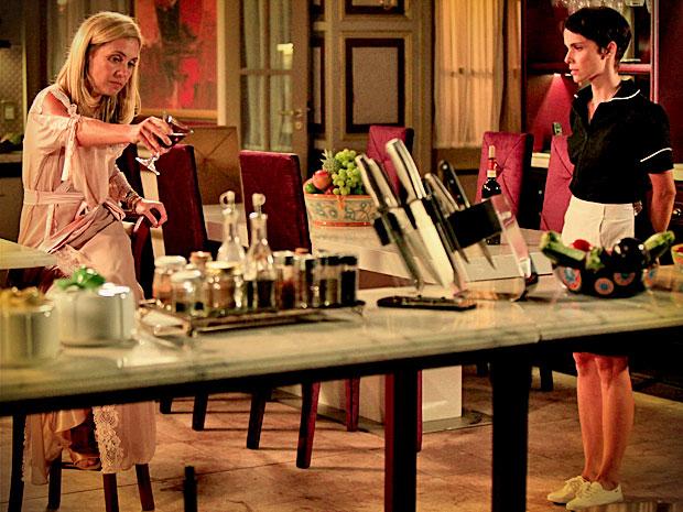 Cheia de implicância com Nina, Carminha derruba vinho para ela limpar (Foto: Avenida Brasil/ TV Globo)