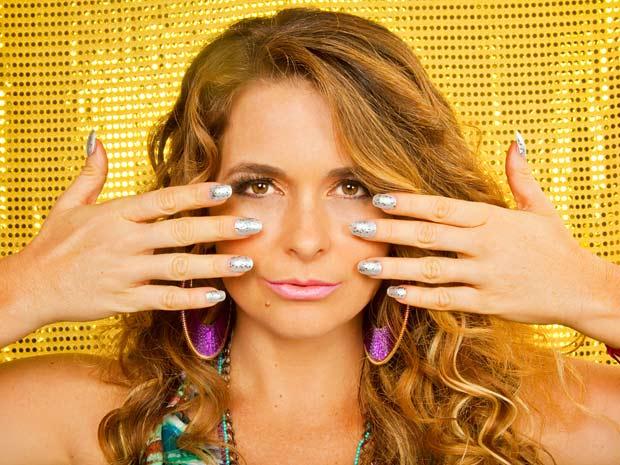 Chayene abusa do brilho e das cores (Foto: Cheias de Charme / TV Globo)