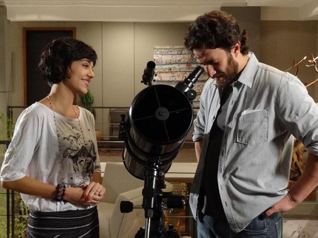 Os dois conversam enquanto olham as estrelas (Foto: Amor Eterno Amor / TV Globo)
