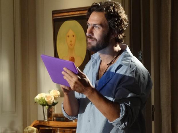 Rodrigo diz que precisa ir à cidade com urgência (Foto: Amor Eterno Amor / TV Globo)