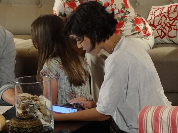 Miriam vai imediatamente procurar informações na internet (Foto: Amor Eterno Amor / TV Globo)