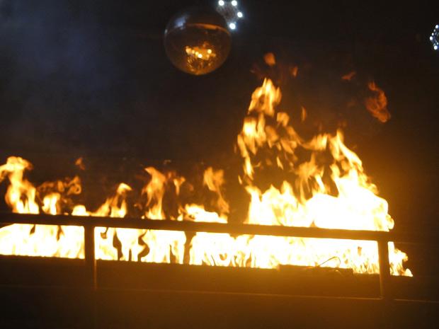O fogo se alastra na boate (Foto: Malhação / TV Globo)