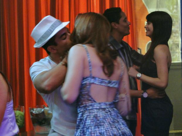 Débora reencontra Jefferson e agarra o pagodeiro (Foto: Malhação / TV Globo)