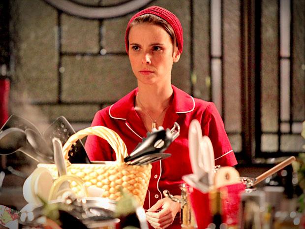 Nina confirma que bacalhau está ruim e fica desconfiada (Foto: Avenida Brasil/ TV Globo)