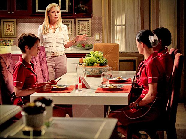 Carminha humilha Nina e depois avisa que terá um jantar de noivado do filho (Foto: Avenida Brasil/ TV Globo)