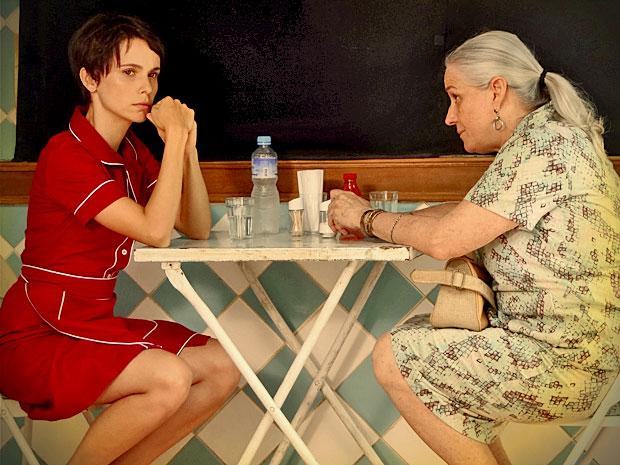 Mexida após encontrar Jorginho, Nina diz a Lucinda que não desisirá de vingança (Foto: Avenida Brasil/ TV Globo)