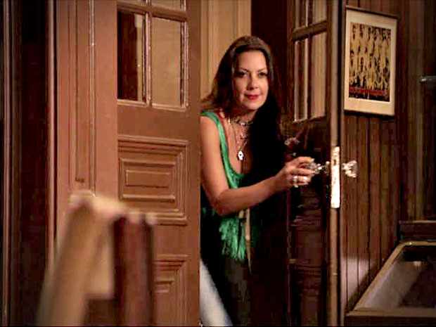 Enciumada, Olenka rouba as roubas dos dois (Foto: Avenida Brasil/ TV Globo)