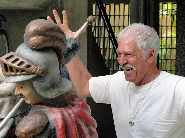 Ribamar não esconde a alegria pelo retorno da estátua (Foto: Amor Eterno Amor/TV Globo)