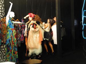 Vendedores da Comprare fazem festa na loja (Foto: Aquele Beijo/TV Globo)