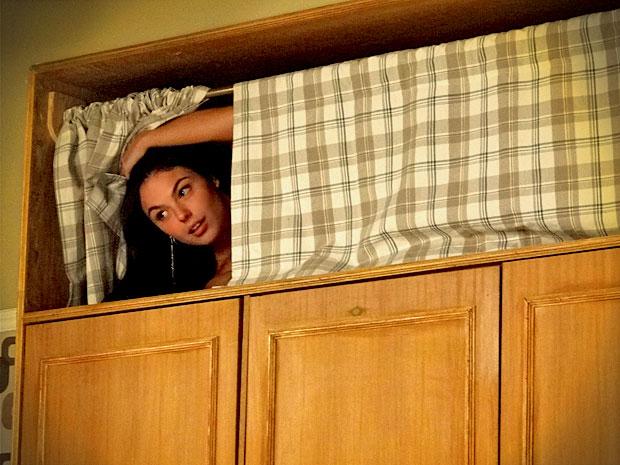 Suelen é obrigada a se esconder no alto do armário (Foto: Avenida Brasil/ TV Globo)