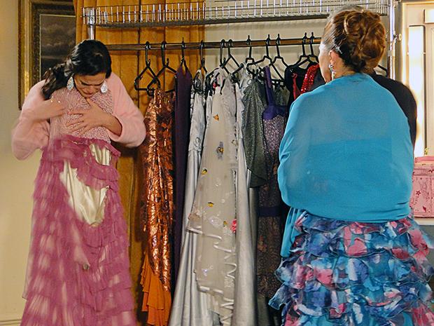 Belezinha descobre que seu vestido foi destruído (Foto: Aquele Beijo/TV Globo)