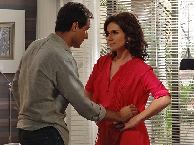 Claudia cede aos pedidos de Vicente (Foto: Aquele Beijo/TV Globo)