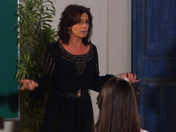 Claudia conta toda sua história durante curso para noivos (Foto: Aquele Beijo/TV Globo)