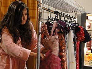 Invejosa, Graciosa rasga vestido de Belezinha (Foto: Aquele Beijo/TV Globo)