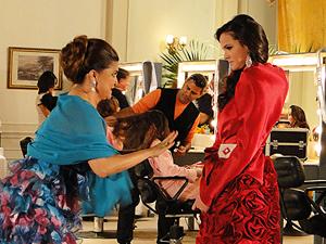 Íntima garante que pode transformar o vestido de Belezinha (Foto: Aquele Beijo/TV Globo)