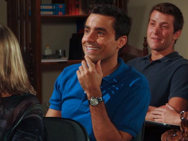 Claudia fala sem parar, mas Vicente continua encantado pela noiva (Foto: Aquele Beijo/TV Globo)