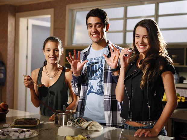 O trio posa com a perdição da Páscoa: o chocolate! (Foto: Amor Eterno Amor/TV Globo)