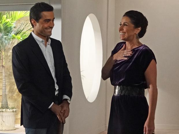 Vicente faz surpresa para Claudia e compra um apartamento para eles (Foto: Aquele Beijo/TV Globo)