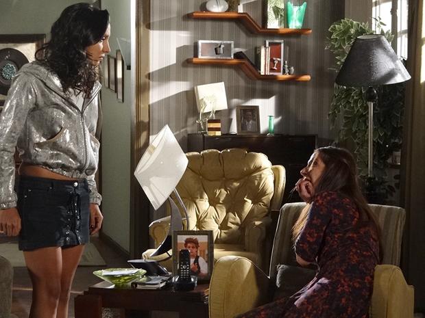 Raíssa perde a cabeça e dá um tapa em Damiana (Foto: Aquele Beijo/TV Globo)