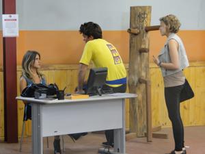 Babi interrompe conversa de Betão e Maria... (Foto: Malhação / Tv Globo)
