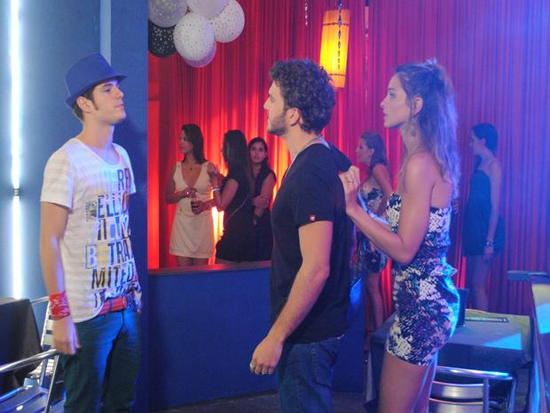 Kiko dá em cima de garota comprometida e leva dura de namorado (Foto: Malhação / Tv Globo)