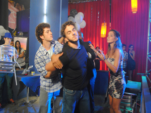 Gabriel chega e separa a briga (Foto: Malhação / Tv Globo)