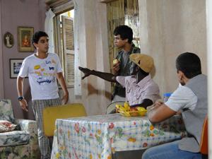 Fôjo topa ajudar, apesar dos protestos de Dieguinho e Jeff (Foto: Malhação / Tv Globo)