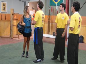 A galera do kung fu fica só espiando... (Foto: Malhação / Tv Globo)