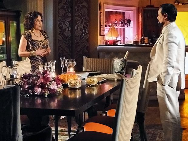 Decido a reconquistar a esposa, Felizardo prepara jantar romântico para Locanda (Foto: Aquele Beijo/TV Globo)