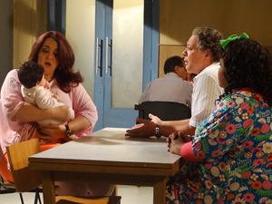 Marieta percebe que Violante roubou a neta (Foto: Aquele Beijo/TV Globo)