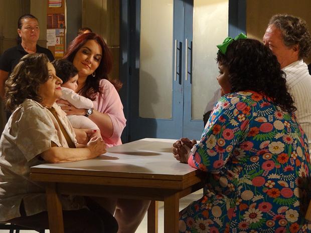 Violante recebe visita da família e avisa que planeja grande roubo (Foto: Aquele Beijo/TV Globo)
