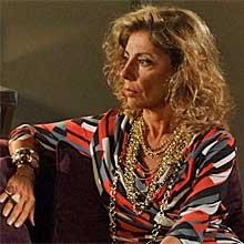 Ex-rica, Maruschka mudou o visual e adotou vestidos estampados (Aquele Beijo - TV Globo)