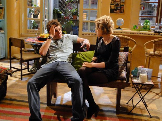 Guido e Babi conversam e o clima esquenta entre eles (Foto: Malhação / TV Globo)